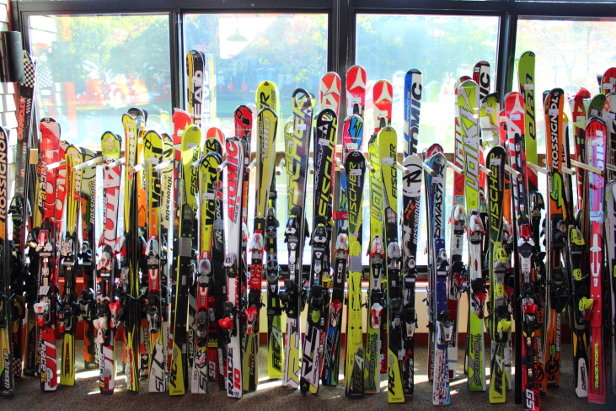 Skibasare bieten gebrauchte Ski in hervorragender Qualität und zu günstigen Preisen an.