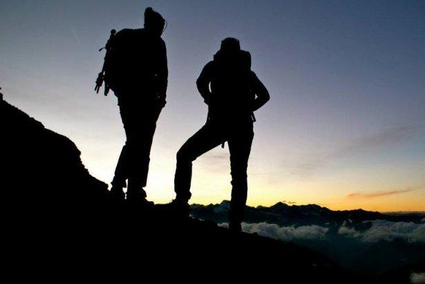 Wanderer begutachten den Sonnenaufgang auf der Serles - ©Anne Gabl