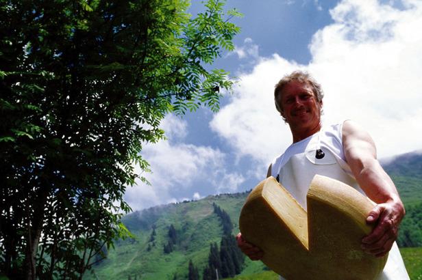 Alpsenner Gerhard lässt sich von Besuchern seiner auf 1.360 Metern gelegenen Mittelalpe über die Schulter schauen