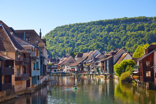 Quand les villages des Montagnes du Jura se parent de leurs plus belles couleurs automnales