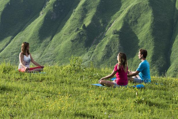 La Clusaz lance son 1er Festival de Yoga dans le cadre enchanteur des Aravis - ©OT La Clusaz