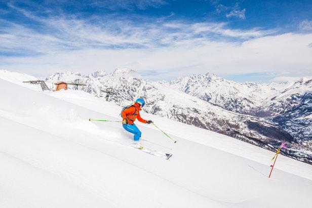 Session ski hors piste sur les pentes enneigées de la Pendine à Puy Saint Vincent