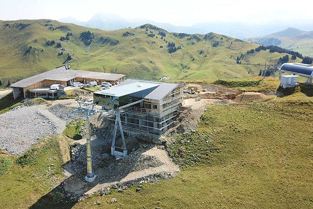 Snímka z dronu ukazuje výstupnú stanicu novej lanovky Saanerslochbahn
