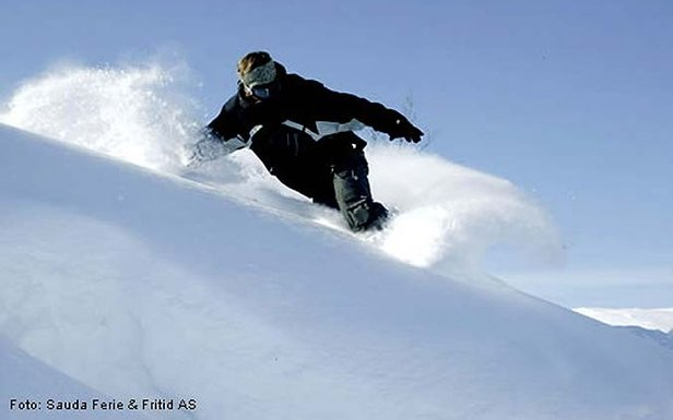 Sauda - snowboarder in powder 677px