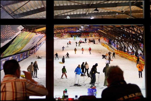 Prendre un vin chaud tout en observant les skieurs dévaler les pistes... Une expérience unique à vivre à SnowWorld Zoetermeer