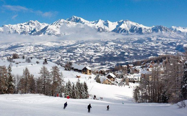 Vue sur la vallée du Champsaur depuis les pistes de ski de Laye