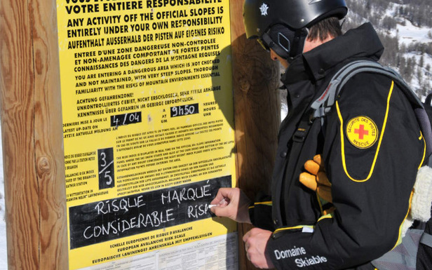 Affichage des règles de conduite et de sécurité par les pisteurs secouristes