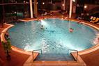 Z lyží rovnou do bazénu