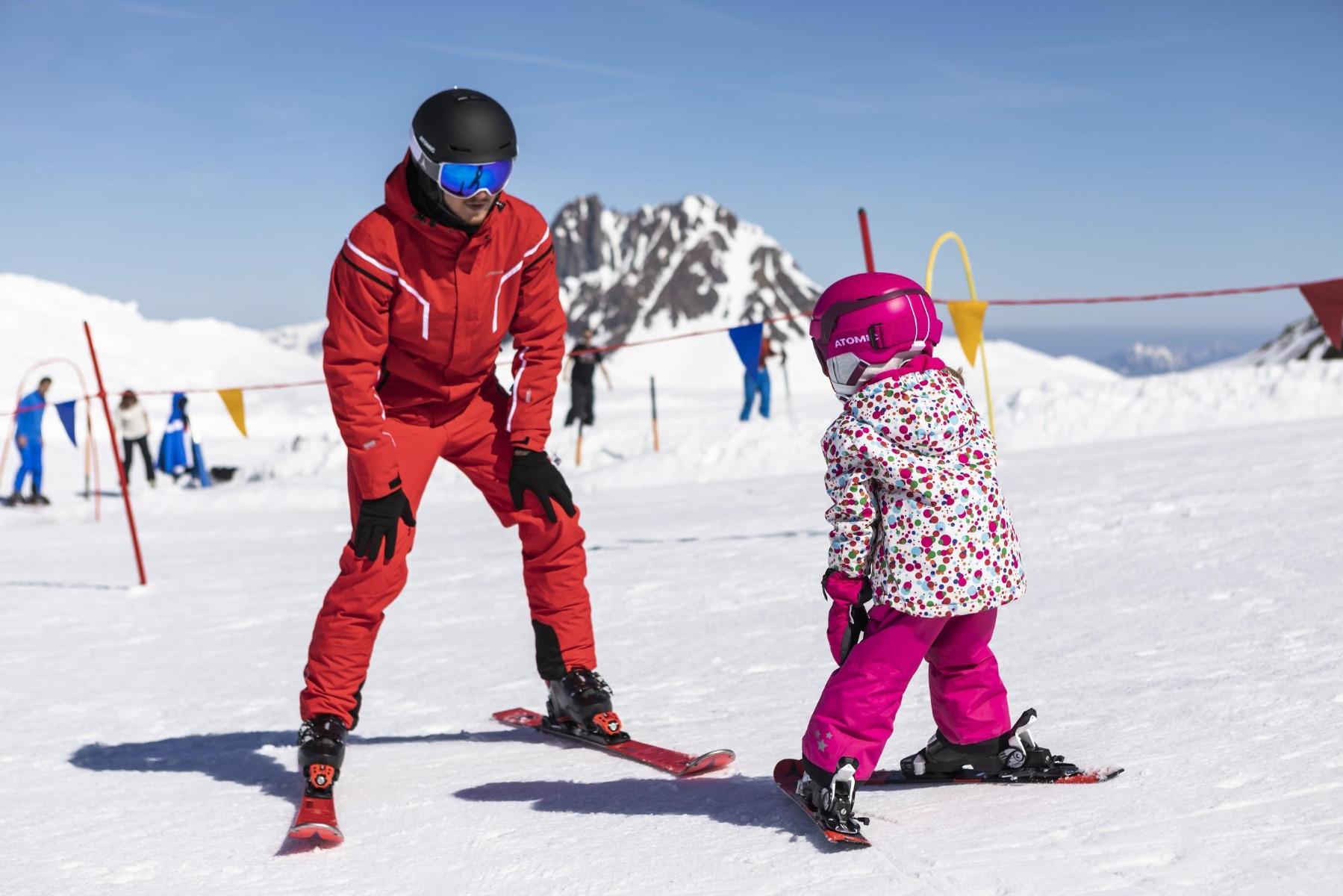 Die meisten Kinder stehen im Alter von 3 oder 4 Jahren das erste Mal auf den Skiern