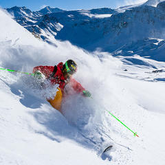 Le ski en hors-piste ne s'improvise pas et se faire plaisir dans la poudreuse necessite un minimum de technique... - ©Andy Parant
