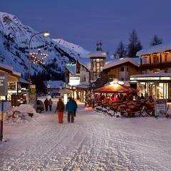Au moment de choisir sa station de ski, plusieurs critères sont à prendre en considération... Accès, stationnement, domaine skiable, services/commerces, accueil des enfants... - ©Andrea Badrutt