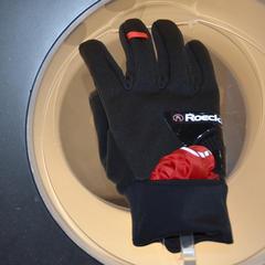 Roeckl präsentiert einen leichten Handschuh mit Überzieher - ©Skiinfo