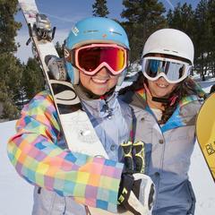 Zwei junge Frauen genießen das Skifahren - ©Big Bear Mountain Resorts
