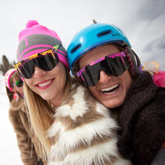 Winterspaß im Skigebiet: Zwei Frauen im Skiurlaub - ©Jeremy Swanson