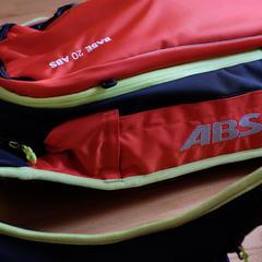 V případě lavinové nehody dochází ke spuštění airbagu na obou stranách batohu. - ©Skiinfo