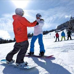 První pokusy na snowboardu je dobré absolvovat se zkušenějšími snowboardisty. - © Toshi Kawano