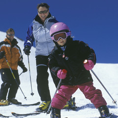 Základem bezpečné lyžovačky je ochraňovat své dítě pomocí přilby a případně dalších chráničů.