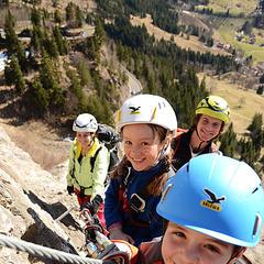 Kinder im SALEWA Klettersteig - ©SALEWA Klettersteig/ Fotograf: Patrick Jost