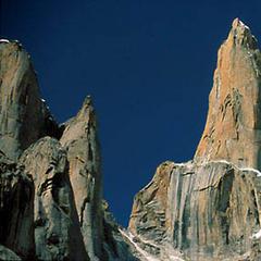Am Nameless Tower (6251m) gibt es die bekannt Route von Wolfgang Güllich und Kurt Albert mit dem Namen