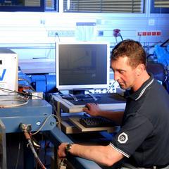 TÜV Mitarbeiter prüft einen Wanderstock - © TÜV Süd
