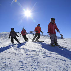 Family skiing in Les Carroz - ©Les Carroz