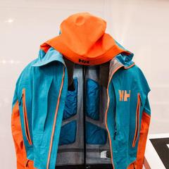 Die neue Helly Hansen Freeride Jacke verfügt über Daunen-Inserts auf der Rückenseite - ©Skiinfo