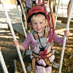 Kind im Kletterwald Wasserkuppe - ©http://www.sommerrodelbahnen-wasserkuppe.de/kletterwald/
