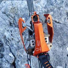Die selbst mitlaufenden Seilklemme am Rider 3.0 Klettersteigset von Skyplotec - ©Bergleben.de