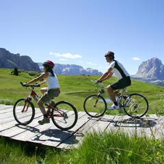 Mountain bike in Val Gardena, Italia.