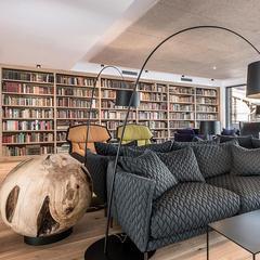 Součástí hotelu Puradies je i rozsáhlá knihovna
