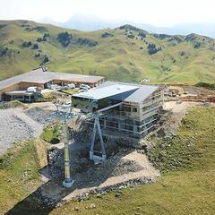 Snímka z dronu ukazuje výstupnú stanicu novej lanovky Saanerslochbahn - © Gstaad