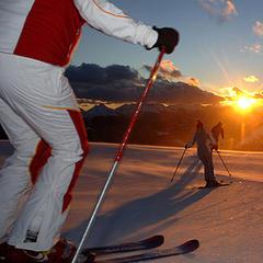 Cortina d'Ampezzo maakt deel uit van Dolomoti Superski. Dit enorme aaneengesloten skigebied biedt verdeeld over 12 skiregio's 1200 km aan pistes bediend door 450 liften en meer dan 3000 sneeuwkanonnen