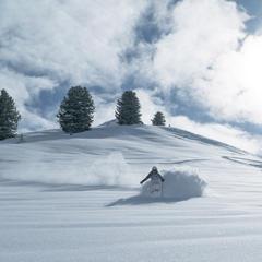 Lyžař v hlubokém sněhu - © © TVB Paznaun - Ischgl