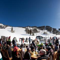 Skiing in April: Apres-ski drinks in the spring sunshine