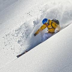 Helme sind heutzutage ein wichtiger Ausrüstungsgegenstand beim Skifahren - ©www.sicher-im-schnee.de