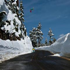 Kc Deane a sa propre façon de traverser la route à Mt. Baker - ©Grant Gunderson