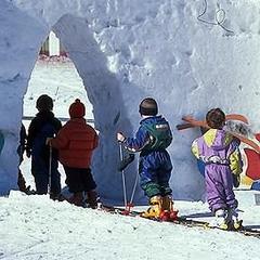 Lyžiarska školička pre najmenších lyžiarov v Dolomiti Superski - © dolomitisuperski.com