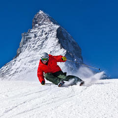 Skifahrer vor dem Matterhorn - ©swiss-image.ch / Christof Sonderegger