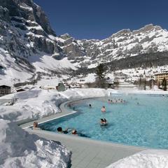 De Lindner Alpentherme in Leukerbad, een van de traditionele Zwitserse kuuroorden - ©Leukerbad