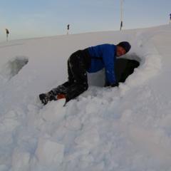 Příprava noclehu ve sněhových dírách - © Mountain and Sea Guides