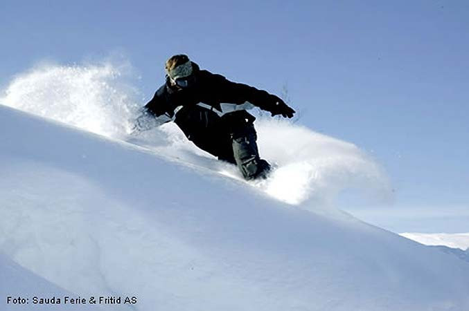 Sauda - snowboarder in powder 677pxundefined